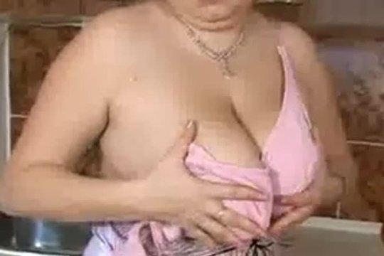 Толстушечка дрочит на кухне