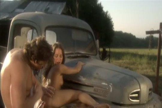 Деревенская парочка трахнулась возле старого грузовичка