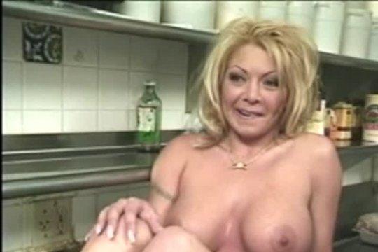 Трахнул зрелую даму на кухне забегаловки