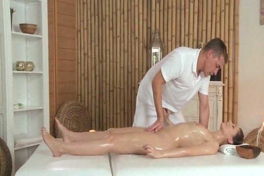 Нежный массажист довел до оргазма