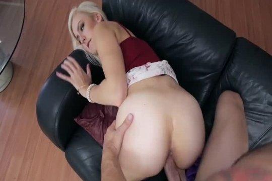 Красивая сучка наслаждается еблей с горячим трахером на диване