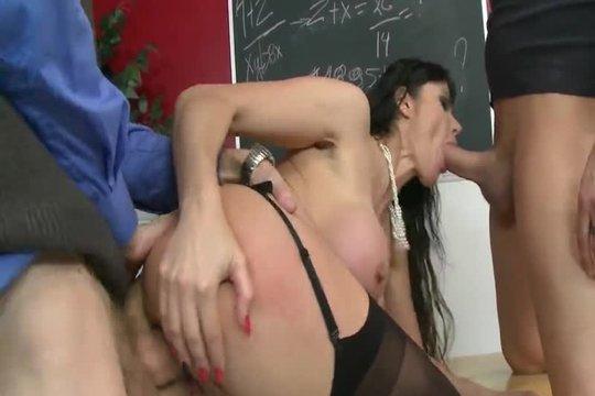 Два студента жестко трахают грудастую преподавательницу на столе