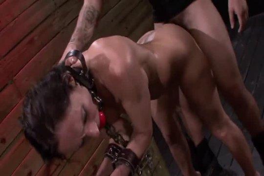 Фигуристая брюнетка непроизвольно стала рабыней извращенца