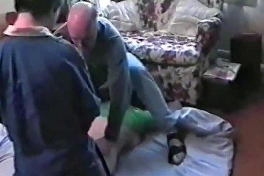 Два мужика по очереди ебут грудастую пышку на полу