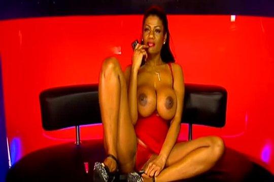 Грудастая сучка мастурбирует во время общения по телефону