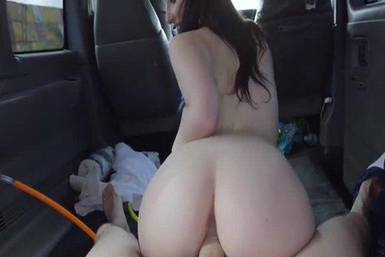 Бурный секс с падкой на деньги шлюшкой в машине