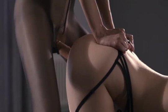 Страстная лесбиянка трахает партнершу страпоном