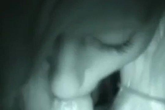 Девушка делает минет в темноте