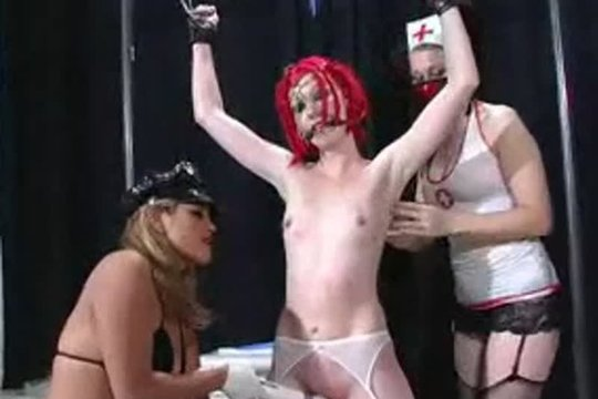 Три медсестры, бондаж и блондинка