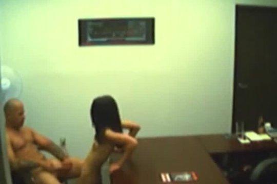 Скрытая камера в офисе засняла трах на столе