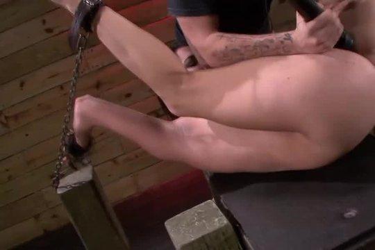 Ненасытный трахер жестко жарит послушную девицу сковав ее в наручниках