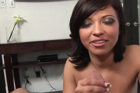Сиськастая шалава активно мастурбирует елдак мужика