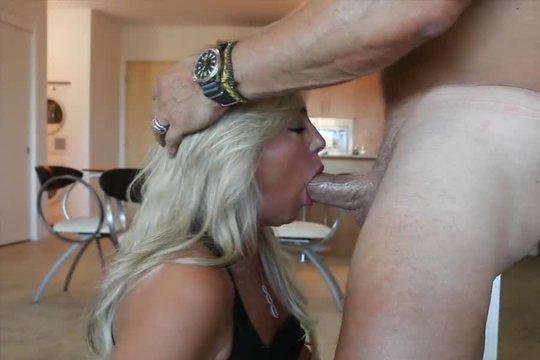 Опытная супруга знает как доставить мужу истинное удовольствие во время футбола