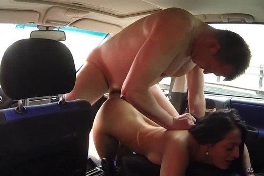 Смелый водитель трахает шлюху на стоянке дальнобойщиков