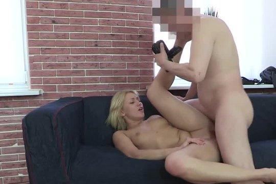Порно агент заманил молоденькую шлюшку на кастинг и выебал ее в пизду