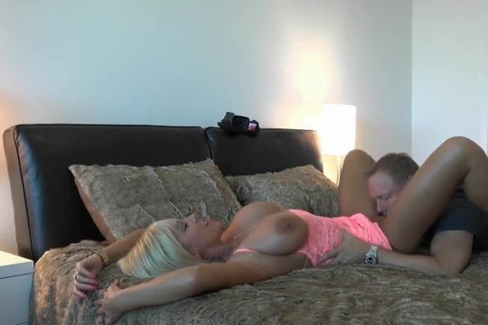 Блудная дама трахается со своим соседом