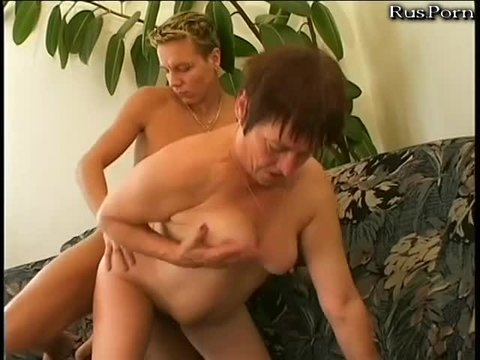 Молодой парень трахает свою мамашу
