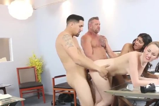 Шеф со своим другом трахают горячих секретарш