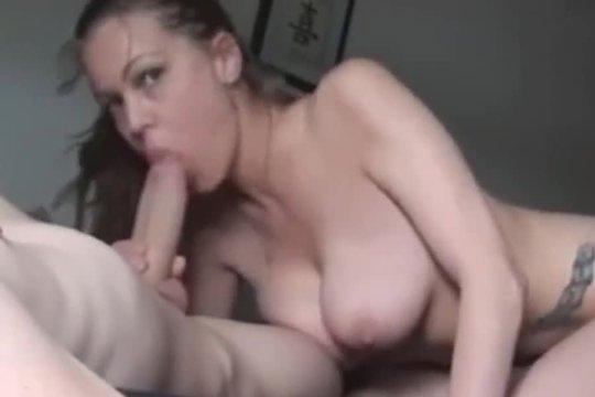 Умелица резво полирует хер мужа и спускает сперму себе на сиськи