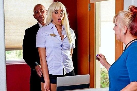 Лысый мужик поебал сотрудницу отеля в колготках в номере