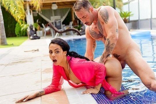 Муж выебал сисястую жену Canela Skin в бассейне и кончил на живот