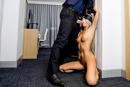 Белокурая милфа Mysha Mynx ебется с мужиком в гостинице
