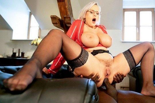 Зрелая блонда Angel Wicky трахается с негром в жопу