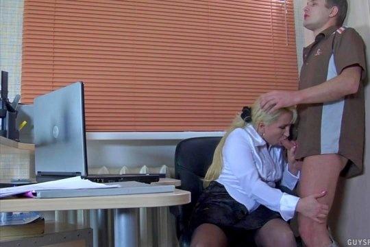 Зрелая начальница трахается с молодым курьером на столе