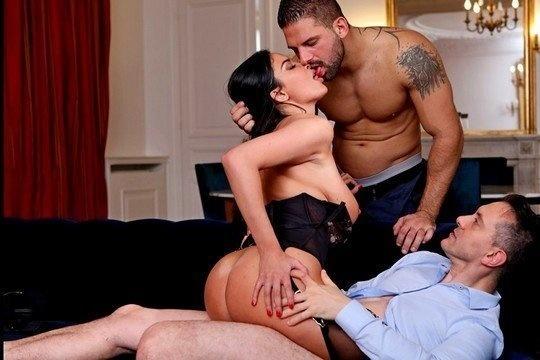 Anissa Kate ебется с двумя мужиками в анал и принимает сперму