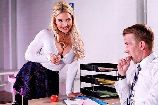 Грудастая студентка соблазнила нового учителя и занялась сексом в классе
