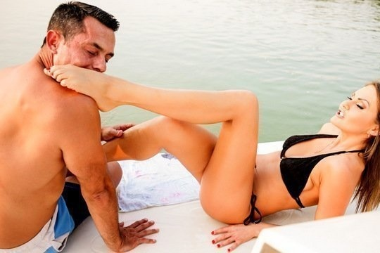 Tina Kay трахается в пизду с мужем-фетишистом на яхте