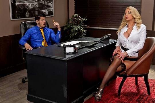 Сисястая секретарша в чулках отдалась боссу на столе до камшота в рот