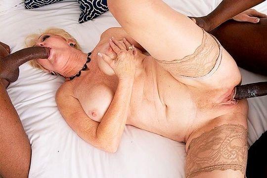Зрелая блондинка Seka Black выебана неграми с двойным проникновением