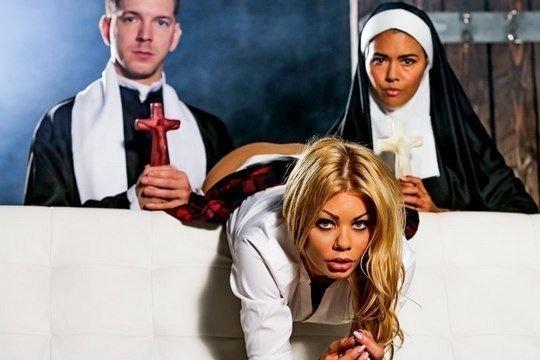 Священик отодрал монашку и гламурную блондинку в попки до камшота