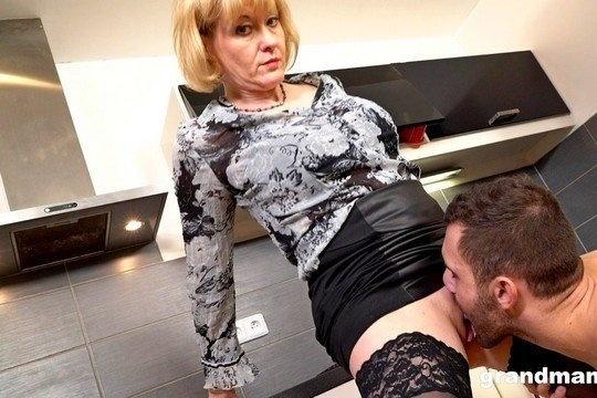 Зрелая блондинка доминирует над молодым парнем и трахается с ним в пизду