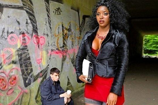 Негритянка Jasmine Webb трахается с бомжом у себя дома