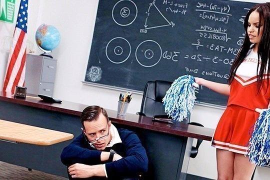 Студентка Tory Bellamy соблазняет преподавателя на секс и трахается в аудитории