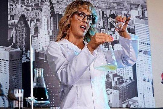 Химичка Cherie Deville трахается со студентом на домашнем занятии