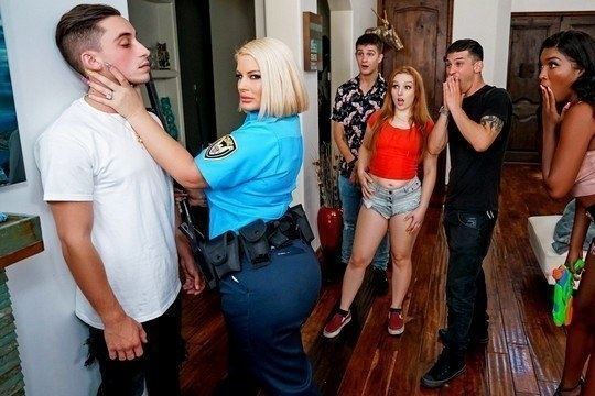 Зрелая полицейская Julie Cash трахается с молодым хулиганом в пизду