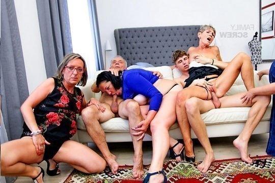 Развратная мать с подругами оседлали дырками пенис сына и мужа