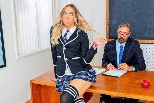 Хитрая студентка отдалась преподу с большим членом чтобы не учить матешу