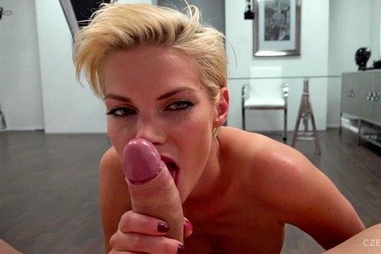 Ебливая блондинка с короткими волосами сосет от первого лица и дает в жопу на порно кастинге