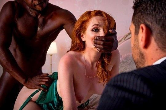 Рыжая жопастая жена Ella Hughes трахается с негром на глазах мужа