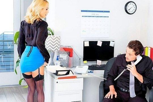 Роскошная зрелая блондинка зажигает киской и ртом на хую коллеги по офису