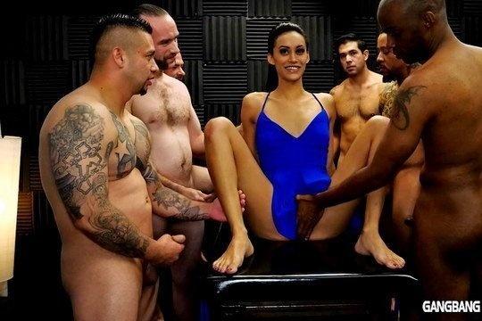 Худая шалава отдается толпе мужиков в пизду и получает внутрь сперму