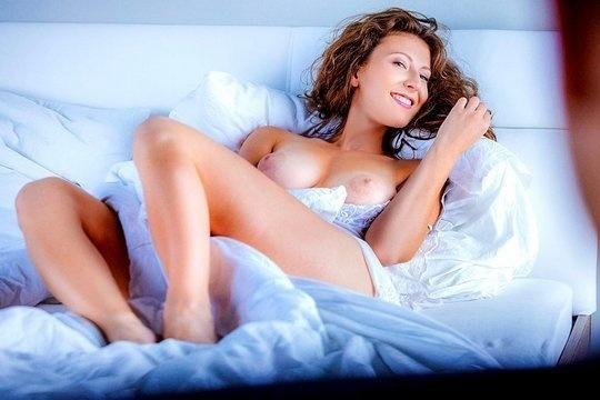 Муж устроил красивый секс с женой Emylia Argan в спальне