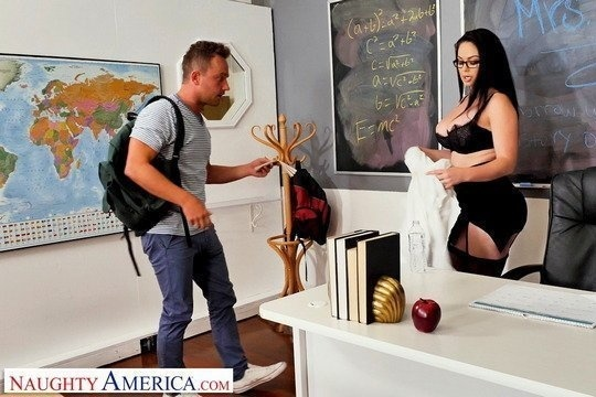 Молодой студент сдал экзамен благодаря ебле с пышногрудой училкой