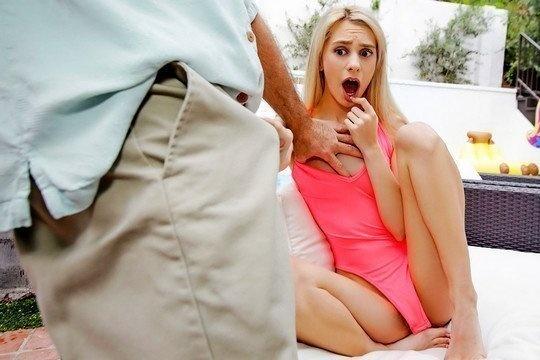 Худая блондинка не устояла перед членом своего седого отца