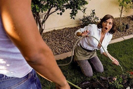 Зрелая дама повелась на черный член соседа и позволила себя трахнуть
