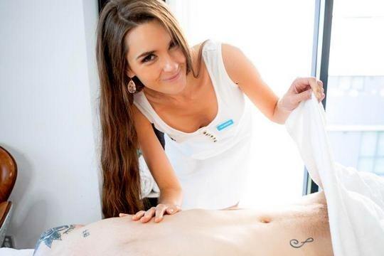 Худая шатенка массажистка с красивой грудью отдается клиенту в бритое лоно